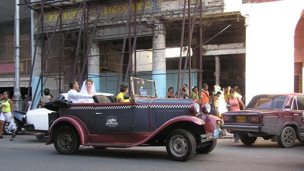Recién casados en la calle Galiano, junto al Palacio de las Novias. (BdG/14ymedio)