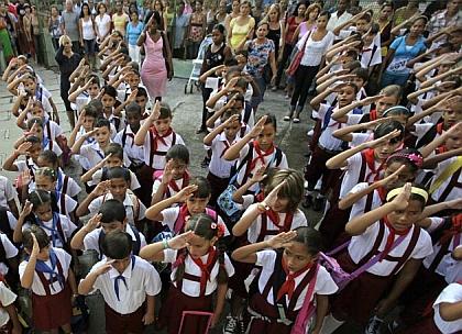 """Niños cubanos cantan """"Somos pioneros del comunismo, seremos como el Ché"""" al iniciar hoy el curso escolar – REUTERS/Desmond Boylan (Imagen y leyenda de la imagen tomadas de http://www.noticias24.com)"""