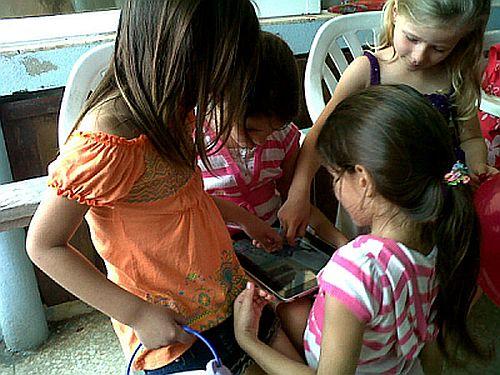 Niñas jugando por primera vez con un iPad en el Festival CLIC