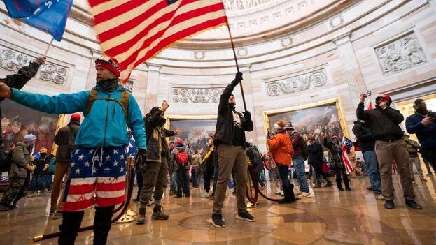 Asaltantes al Capitolio de Estados Unidos en Washington. (EFE/EPA/JIM LO SCALZO)