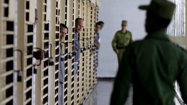 Un guardia en una garita de la prisión Combinado del Este, en La Habana, Cuba, durante una visita realizada por la prensa nacional y extranjera acreditada en la Isla en 2013. (EFE/Archivo)