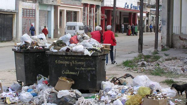 La Habana luce enferma. Sucia, pestilente, atestada de residuos. Parece mentira que sea una ciudad maravilla. (BDLG)