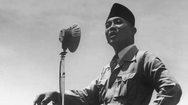 En 1957, con el apoyo de las fuerzas armadas, Sukarno puso fin al sistema electoral de estilo occidental e instituyó su democracia guiada. (greelane.com)