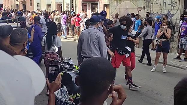 Un joven es arrestado por policías y agentes de la Seguridad del Estado en las protestas del 11 de julio en La Habana. (Captura)