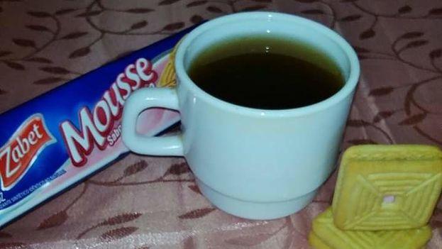 """""""Mi primo bromea y manda una foto en la que se observa una pequeña jarra de cerámica con un líquido oscuro dentro acompañada de unas galletas"""". (M. Requeiro)"""