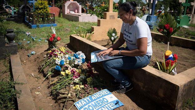 La policía se ha presentado en los cementerios, en una incómoda situación para las familias que han visto cómo el mismo cuerpo asesinaba a sus hijos. (Carlos Herrera/Niú)