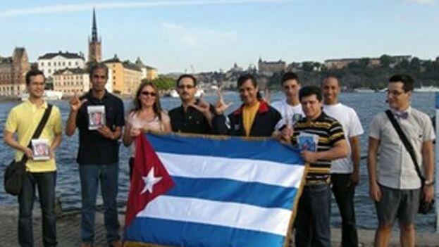 Un grupo de cubanos recuerdan el 'maleconazo' en Estolcomo. (Misceláneas de Cuba)