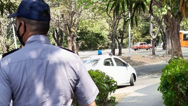 Cubano que vistes de policía, en la gran mayoría por un salario que te permita llevar un plato de comida a tu mesa, no hay ideología en tu quehacer. (14ymedio)
