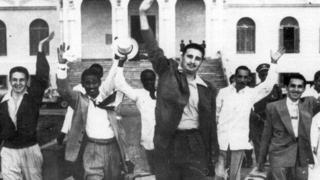 Fidel y Raúl Castro, Juan Almeida Bosque y otros moncadistas cuando salen de la prisión. (Archivo)