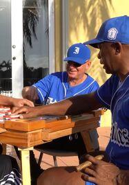 Expeloteros de la Isla cantan 'Pasa la bola Cuba'. (Captura)