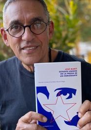 Néstor Díaz de Villegas muestra su libro 'Estados Unidos en la prosa de un inmigrante'. (Facebook)