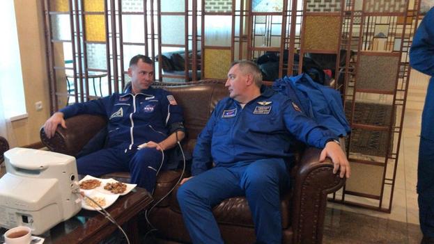 Los astronautas Alexéi Ovchinin (derecha) y Nick Hague. (EFE)