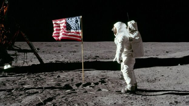 Armstrong probó la fuerza de la gravedad en la Luna, una sexta parte de la existente en la Tierra.