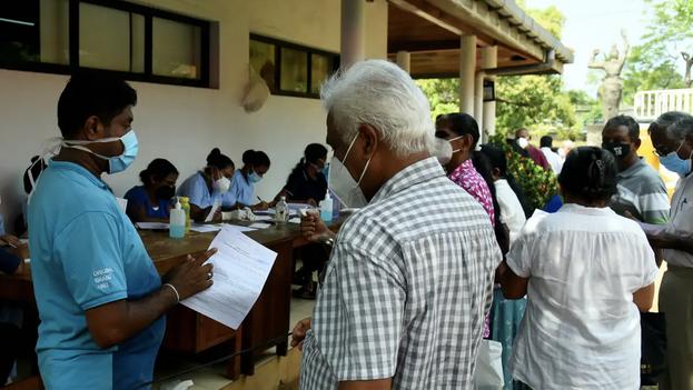 Campaña de vacunación de mayores de 60 años en Kotte, Colombo, Sri Lanka, gracias a 264.000 dosiss recibidas gracias a la iniciativa Covax. (Shutterstock/Ruwan Walpola)
