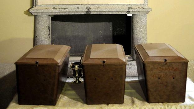 Las tres urnas que se guardan ahora detrás del monumento funerario dedicado a Cervantes en el convento de las Trinitarias, donde se supone que se encuentran los restos del escritor, su mujer y una quincena de personas. (Ayuntamiento de Madrid)