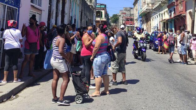 Cola para comprar refresco en una gasolinera de la calle Infanta, en La Habana. (14ymedio)