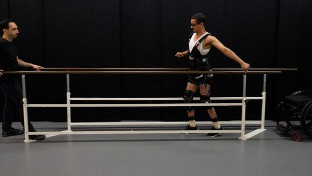 David Mzee, que quedó totalmente parapléjico tras un accidente deportivo, da unos unos pasos. (EPFL)