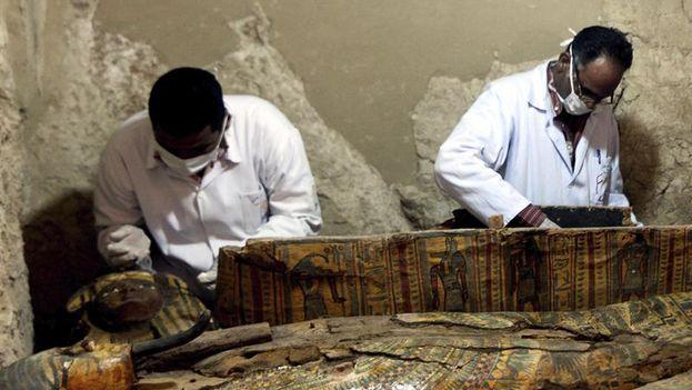 Arqueólogos egipcios documentan el contenido de una tumba de la necrópolis de Dra Abu al Naga en Luxor, en el sur de Egipto. (EFE)