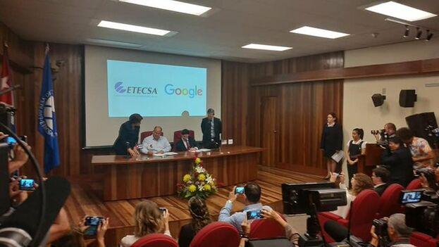 Firma del memorando entre Etecsa y Google este jueves en La Habana.