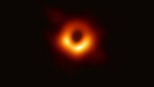 Fotografía facilitada por el CSIC de la primera imagen obtenida de un agujero negro situado a 53,3 millones de años luz de la Tierra. (EFE/CSIC)