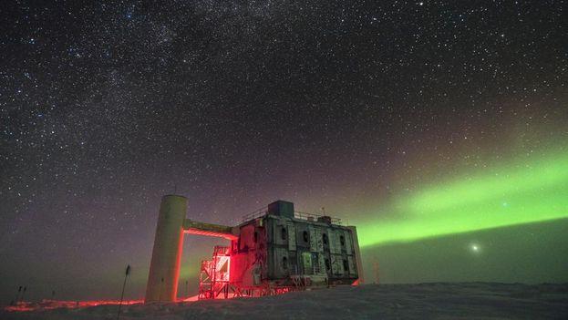 El telescopio IceCube, especializado en la caza de neutrinos, se encuentra a menos de un kilómetro del Polo Sur (Martin Wolf/ IceCube/NSF)