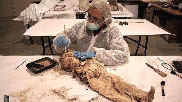 Investigadores del Instituto de Estudios Científicos en Momias, de España, han usado en Cuba técnicas modernas como escáneres y pruebas de ADN. (Archivo/ABC)