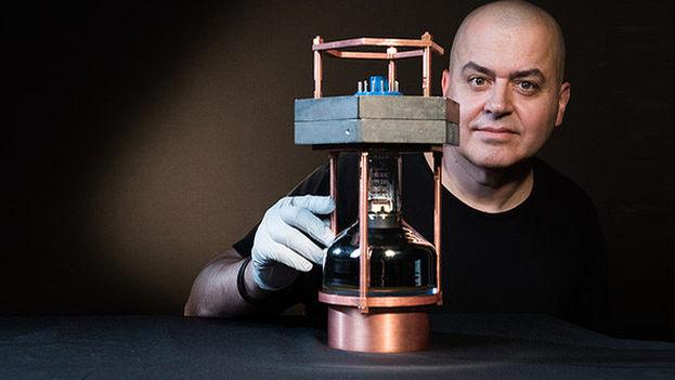 Juan Collar, coautor del trabajo, con un prototipo del detector de neutrinos más pequeño del mundo. (Jean Lachat/University of Chicago)