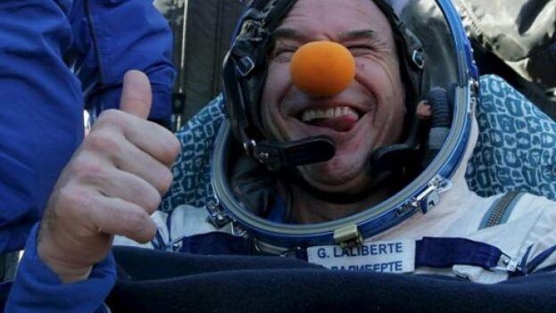 """El canadiense Guy Laliberté, fundador del """"Circo del Sol"""", tras el aterrizaje de la nave espacial que le devolvió a la Tierra. (EFE)"""