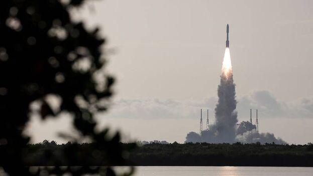 Lanzamiento del cohete Atlas V, que lleva al rover Perseverance de la NASA a Marte, desde la Base Aérea de Cabo Cañaveral en Florida. (NASA/Joel Kowsky)