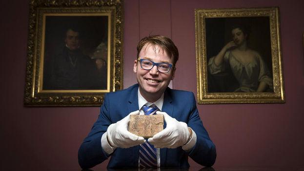 El profesor Daniel Mansfield enseña la tablilla Plimpton 322, que se conserva en la Biblioteca de Manuscritos y Libros Raros de la Universidad de Columbia, en Nueva York. (UNSW/Andrew Kelly)