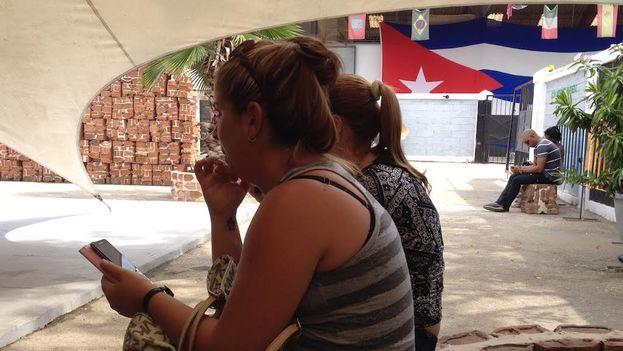 Los usuarios intentan conectarse a la red a través del wifi que comparte 'Kcho'. (Luz Escobar/14ymedio)