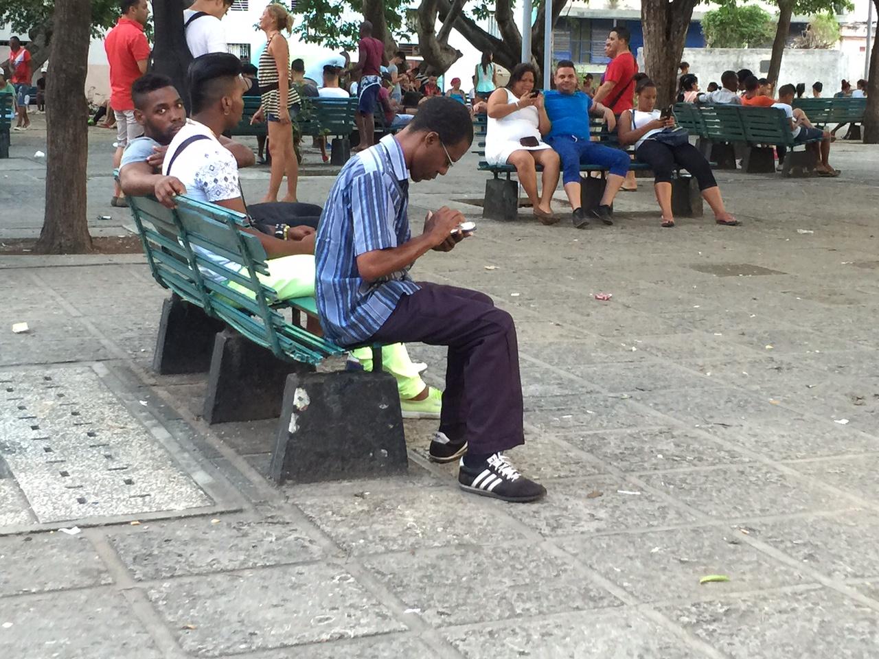 Zona wifi del Parque Fe del Valle, en La Habana. (14ymedio)