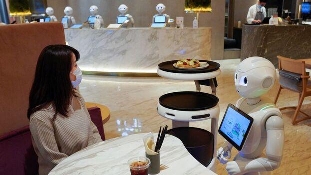 """Casi todos los """"empleados"""" de Pepper Parlor, en Tokio, son robots. (EFE/EPA/Kimimasa Mayama)"""