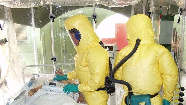 Personal sanitario atendiendo a un paciente con ébola (CC)