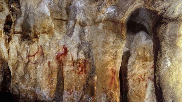 Pinturas en la cueva de La Pasiega hechas por neandertales hace más de 64.000 años. (P. Saura)