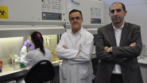Los investigadores Manuel Ramírez Orellana y Javier García Castro en uno de los laboratorios de investigación del Hospital Niño Jesús de Madrid. (HIUNJ)