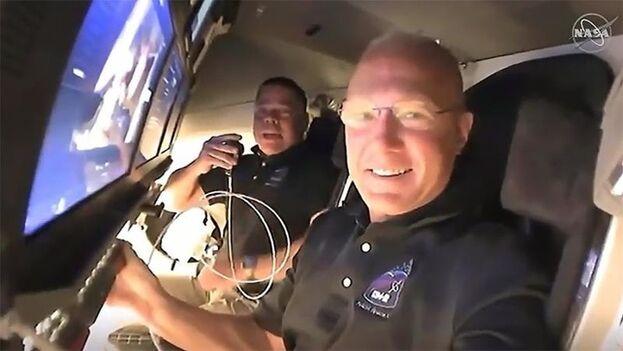 Robert Behnken y Douglas Hurley en el primer vuelo comercial tripulado con humanos al laboratorio en la órbita terrestre. (EFE)