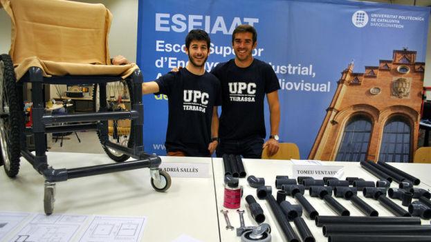 Los estudiantes Adrià Sallés y Bernat Vila, con la silla de ruedas DIY Wheelchair. (UPC)
