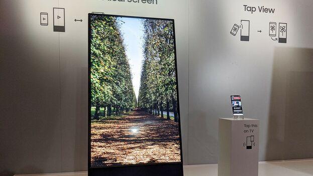 El 'Sero' de Samsung, la TV que gira verticalmente para adaptarse al smartphone. (xataka.com)