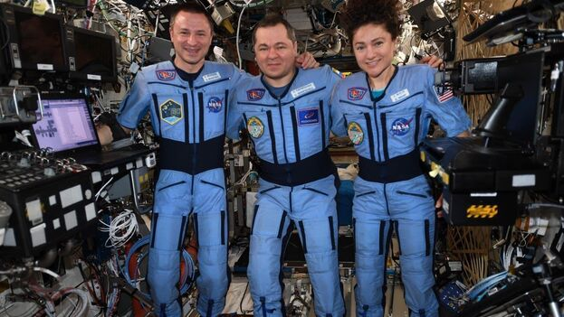 Los tres tripulantes de la nave Soyuz, dos estadounidenses y un ruso, tras más de 200 días en la Estación Espacial Internacional. (NASA)