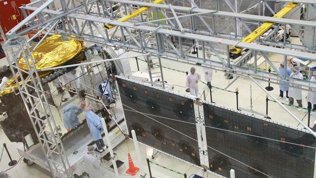 Trabajos de construcción del satélite argentino. (ARSAT)