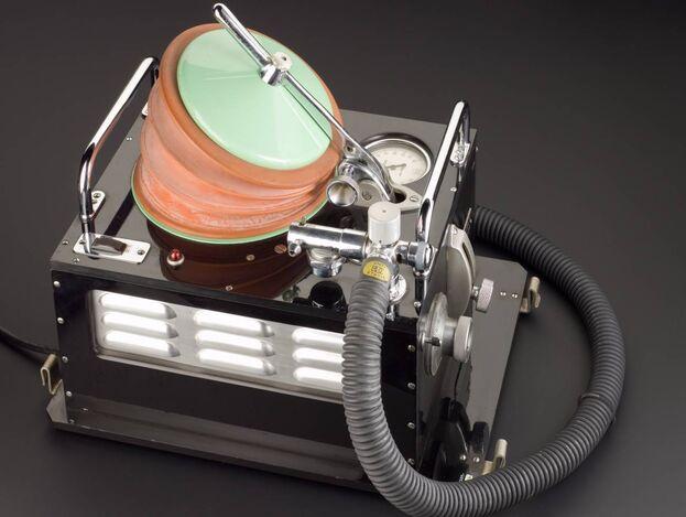 Ventilador portátil (1955). Destinada a pacientes de hospital cuyos pulmones estaban paralizados, esta máquina se introdujo a raíz de la epidemia de polio de 1952 en Copenhague, Dinamarca. (Wellcome Collection)