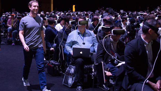 Zuckerberg camina entre 5.000 personas con las gafas Gear VR de Samsung este lunes en el Mobile World Congress. (Facebook)