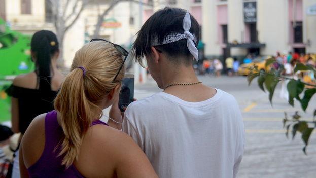 Los cubanos tendrán acceso a internet desde sus móviles a partir de este 6 de diciembre. (14ymedio)