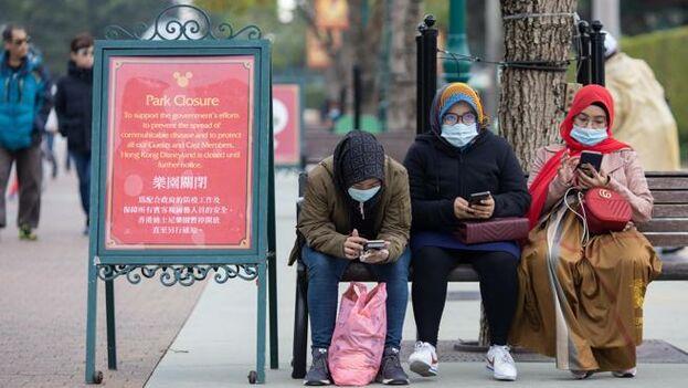 Las autoridades han hecho una masiva de mascarillas, puesto que se cree que la forma primaria de transmisión es a través de las vías respiratorias. (EFE)