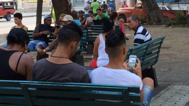 En el corazón de Centro Habana, el lugar, sitio para jubilados y gente que buscaba algo de sombra, ahora late de kilobytes