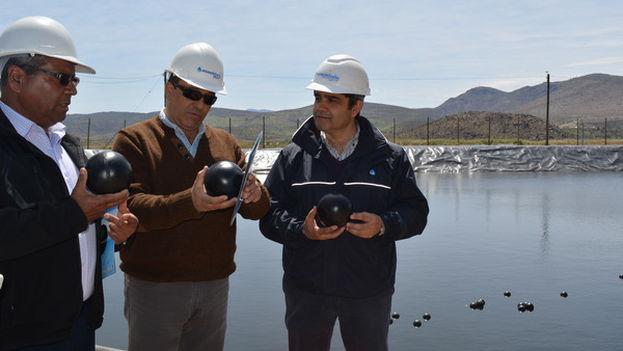 Las esferas están cubiertas por capas de distintos materiales para que floten en la superficie. (Aguas del Valle)