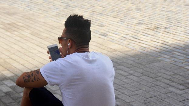Según estadísticas de Etecsa, en el país funcionan alrededor de 700 puntos de acceso inalámbrico a internet. (14ymedio)