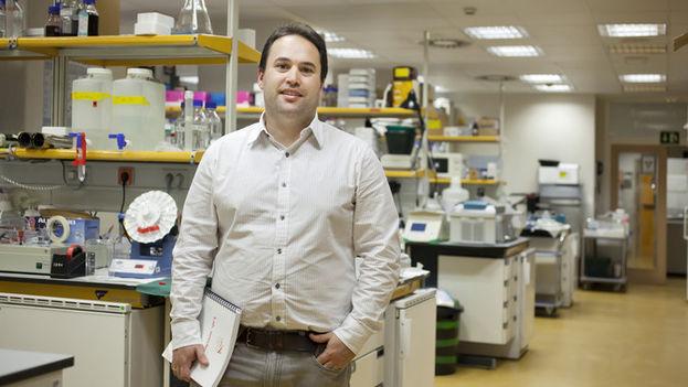 El investigador Héctor Peinado en su laboratorio. (CNIO)