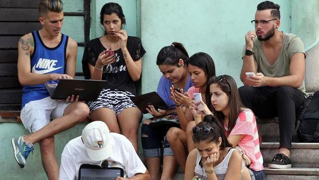 Un grupo de jóvenes se conectan a internet en una zona wifi en La Habana (EFE/Archivo)
